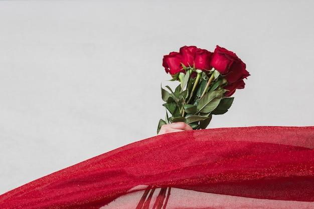 Художественное фото роз на сером столе Бесплатные Фотографии