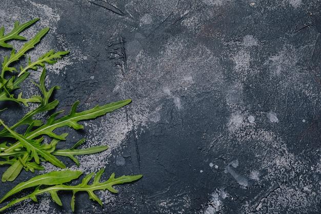 Rucola su sfondo scuro di cemento, concetto di cucina Foto Gratuite
