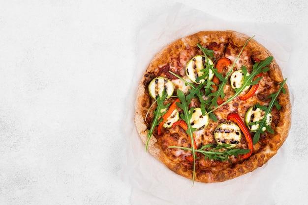 白い背景のルッコラピザ 無料写真
