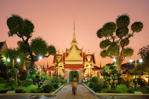 アルンラチャワララム寺院美しさを訪れる観光客はいまだにいます。しかし、その数は、特に中国人、日本人の旅行者にとっては劇的に減少しています。 Premium写真