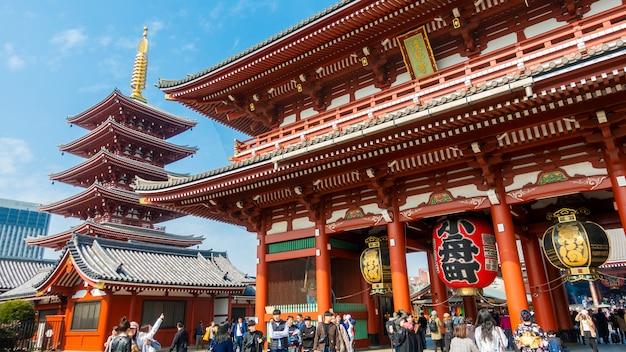 Асакуса токио / япония - 20 февраля 2019 года: многие туристические достопримечательности на гигантском красном фонаре храма сенджоджи в токио Premium Фотографии