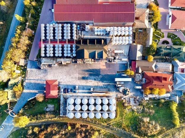 モルドバの工業用金属樽を備えたアスコーニワイナリー 無料写真