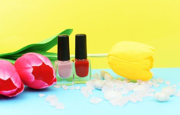 女性の爪のためのゲルニスレッドのアシオンボトル Premium写真