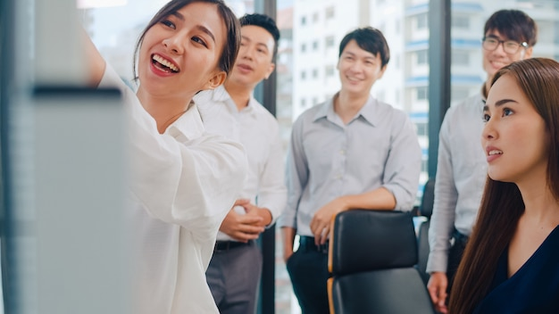 아시아 기업인과 경제인 회의 비즈니스 프레 젠 테이 션 프로젝트를 수행하는 브레인 스토밍 아이디어를 회의 계획 성공 전략 작은 현대 사무실에서 팀워크를 즐길 수 있습니다. 무료 사진