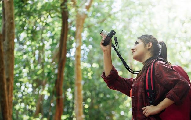 Азия пешие прогулки принимая фото в дикой природе. Premium Фотографии