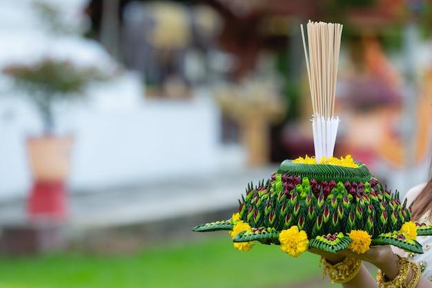 Азиатская женщина в тайском платье традиционного проведения фестиваля кратонг лой кратонг Бесплатные Фотографии