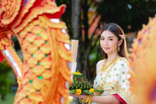 Asia donna in abito tailandese tradizionale attesa kratong loy krathong festival Foto Gratuite