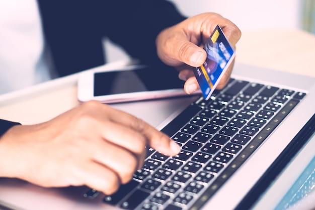 Азиатский бухгалтер работает, рассчитывает и анализирует отчет о бухгалтерском учете с помощью кредитной карты, ноутбука и мобильного телефона в современном офисе, финансах и бизнес-концепции. Premium Фотографии