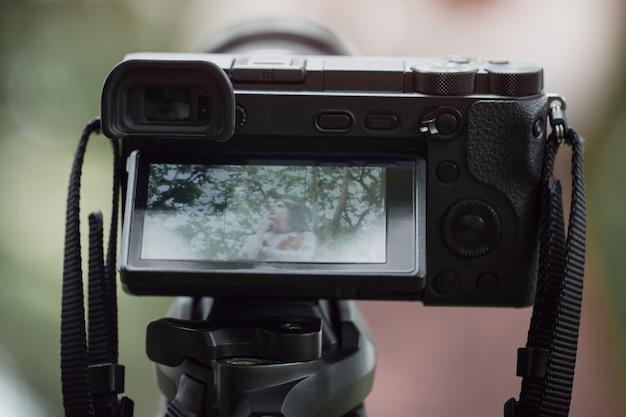 カメラマンの背後にあるアジアの美しさのブロガーレビュースマートフォンチュートリアル Premium写真
