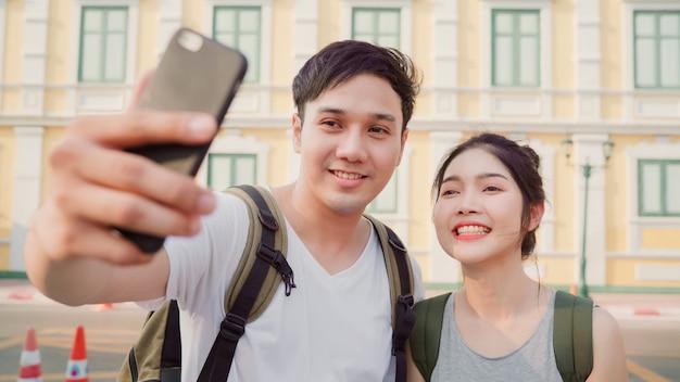 Asian blogger couple travel in bangkok, thailand Free Photo