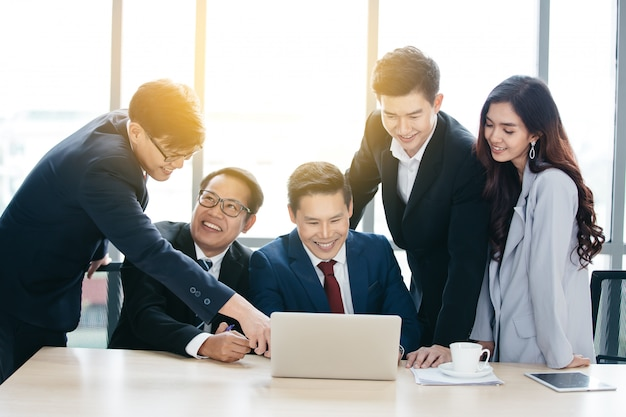 オフィスで会議を持つアジアビジネスチーム Premium写真
