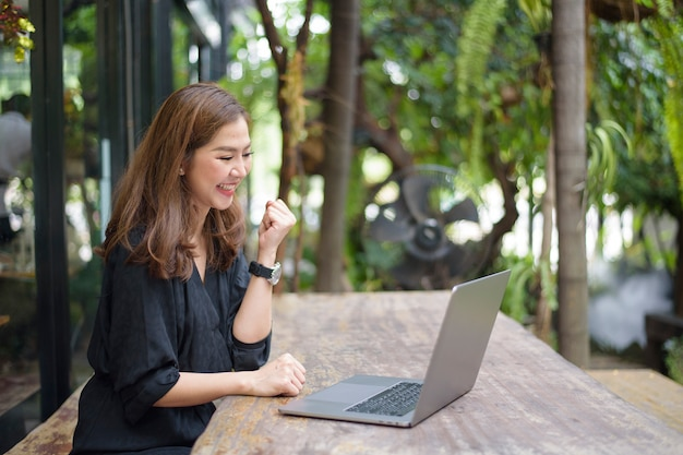Азиатская бизнес-леди счастлива с ее работой Premium Фотографии