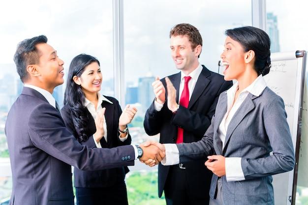 Asian businesspeople shaking hands Premium Photo