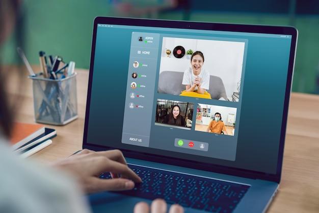 オンラインでチームにビデオ通話会議を行って作業プロジェクトを提示するアジアの実業家。在宅勤務のコンセプト。 Premium写真