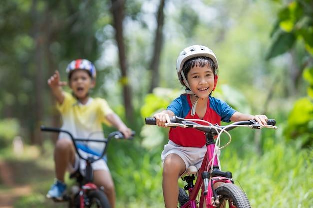 I bambini asiatici sono felici in mountain bike. Foto Gratuite