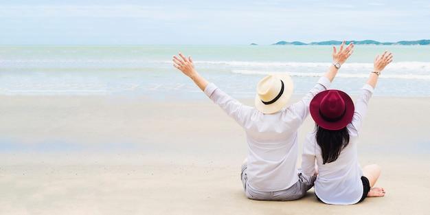 해변에서 아시아 부부 무료 사진