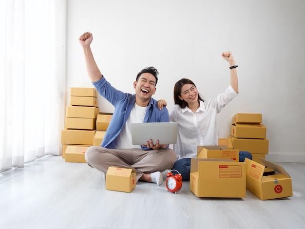 Asian couple online shopping business Premium Photo