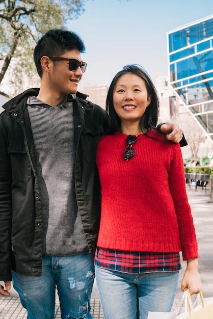 Азиатская пара прогулки в городе. Бесплатные Фотографии