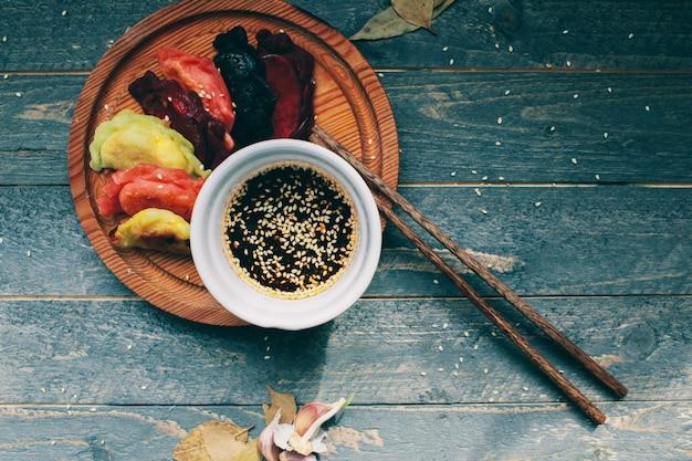 アジアのdump子と醤油japanese子のプレート伝統的な中国の点心 Premium写真