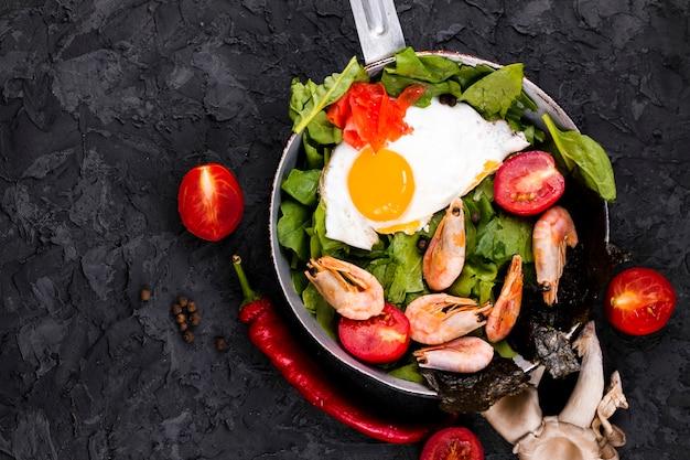 Vista superiore del piatto asiatico dell'insalata dell'uovo Foto Gratuite