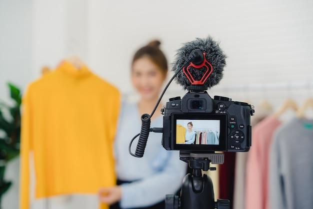Азиатский модный женский блоггер онлайн-влиятель, держащий сумочки и много одежды Бесплатные Фотографии