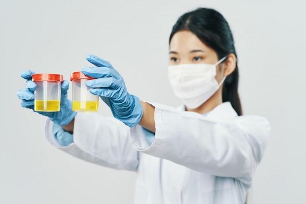 Азиатская женщина-врач гриппа и вируса в китае, коронавирус 2019-нков Premium Фотографии