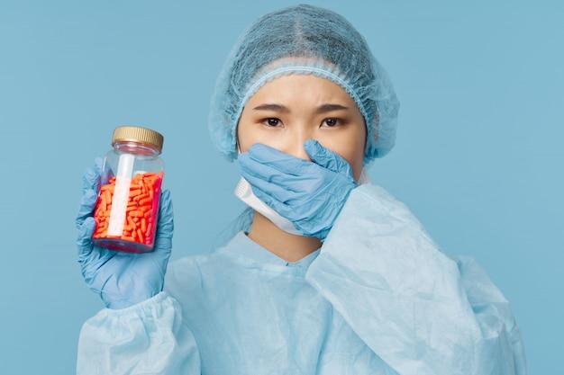 Азиатская женщина-врач грипп и вирус в китае Premium Фотографии