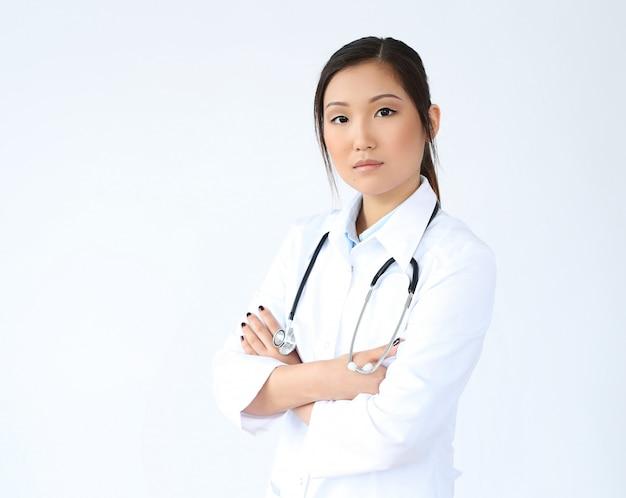 Азиатская женщина-врач позирует, специалист по медицине Бесплатные Фотографии