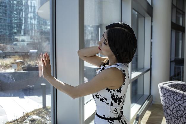 アジアの女性モデルは、ファッショナブルなセクシーな白いドレスを着ています 無料写真