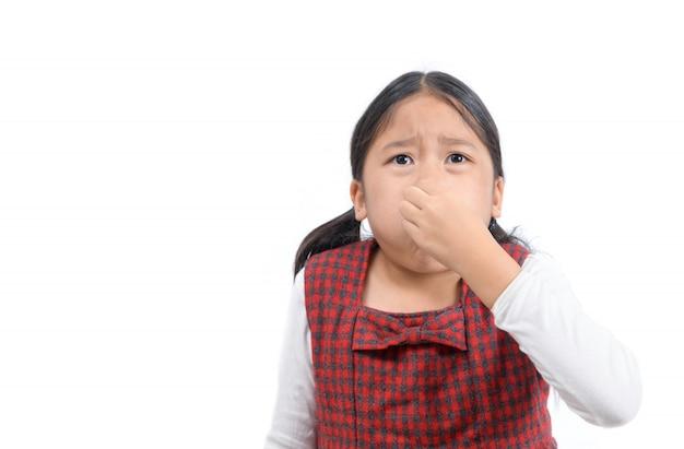 分離された悪臭のために彼女の鼻を保持しているアジアの女の子 Premium写真