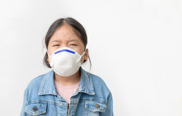 Asian  girl wear n95 mask to protect pm 2.5 dust and air pollution Premium Photo
