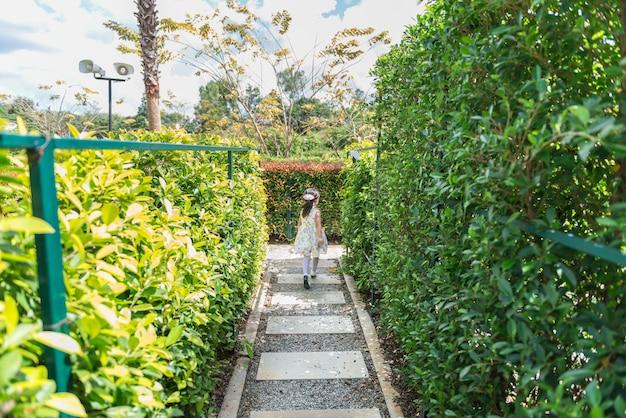 アジアの少女が庭を走る Premium写真
