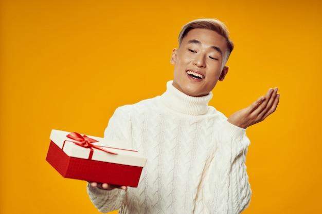 Азиатский мужчина держит подарочную коробку Premium Фотографии
