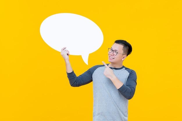 Asian man pointing to empty speech bubble Premium Photo