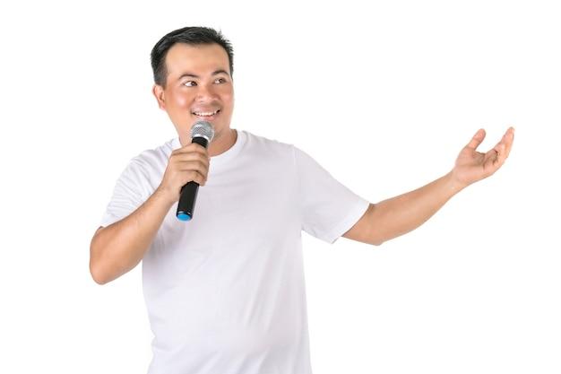 Азиатский мужчина, говорящий в беспроводной микрофон Premium Фотографии