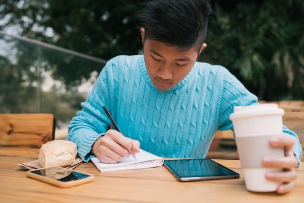 デジタルタブレットを使用してメモを取るアジア人 無料写真