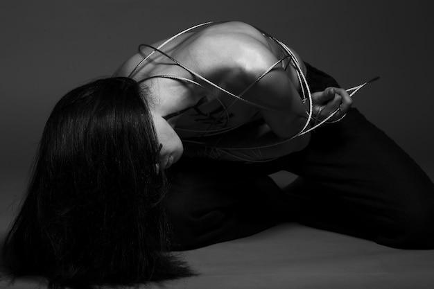 Азиатский мужчина со стальной проволокой Premium Фотографии