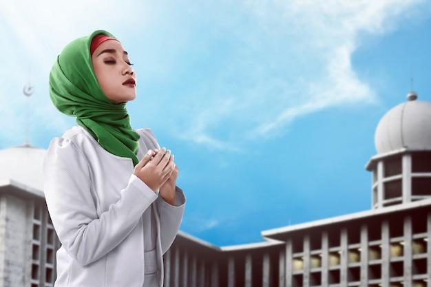 Asian muslim woman praying Premium Photo