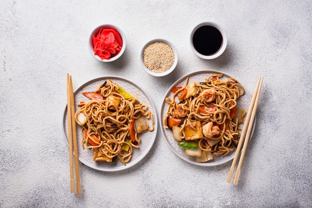 Asian noodles with shrimps and vegetables Premium Photo