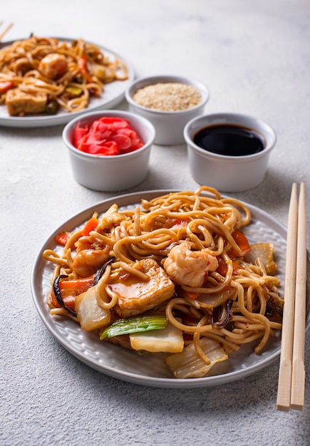 Asian noodles with shrimps and vegetables Premium Photo