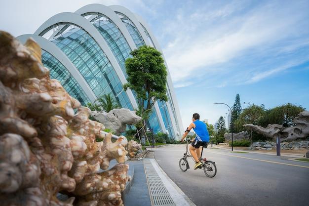 Азиатские люди, езда на велосипедах в парке Premium Фотографии
