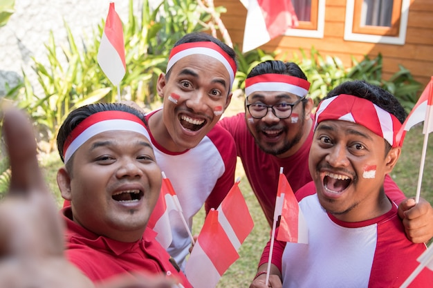 Азиатские люди принимают селфи на день независимости Premium Фотографии