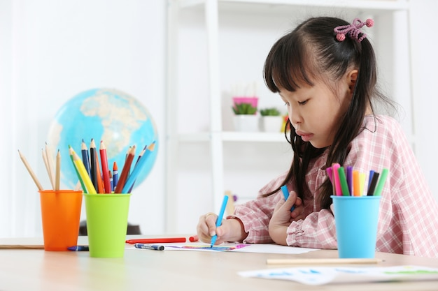 Asian preschool student do homework by drawing by a color Premium Photo