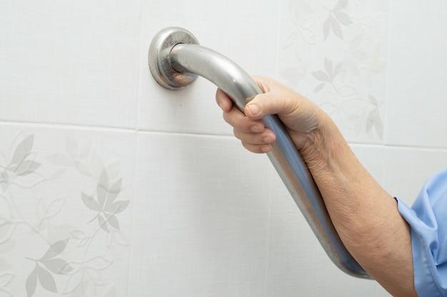 Азиатская старшая или пожилая женщина-старушка женщина-пациент использует туалет для ванной комнаты с безопасностью в больничной палате, здоровая сильная медицинская концепция. Premium Фотографии