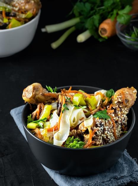 照り焼きソース、野菜、スパイス、マイクログリーンにチキンを添えた麺を使ったアジアンスタイルのランチ 無料写真