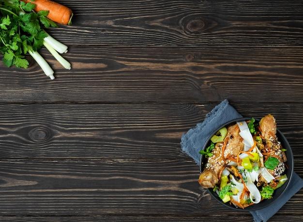 야채, 치킨, 데리야끼 소스를 곁들인 아시안 스타일 국수 무료 사진