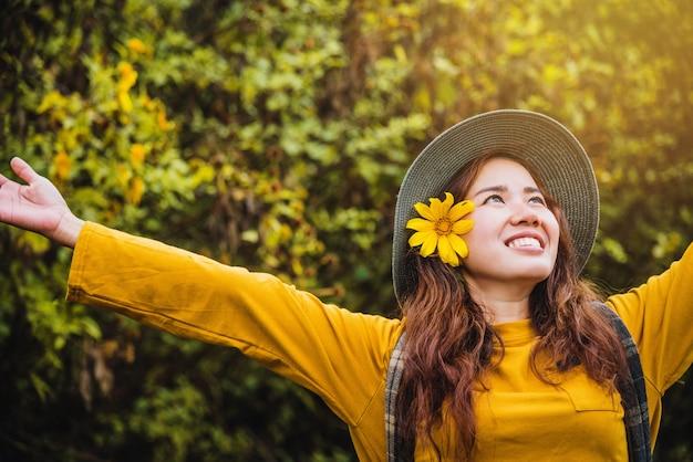 アジアの観光客の自然、新鮮な美しさブアトン花黄色を楽しみながらリラックス。 Premium写真
