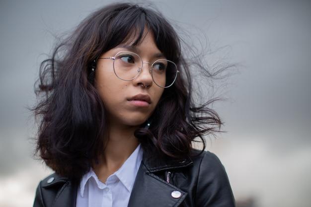Азиатка в очках на фотосессии