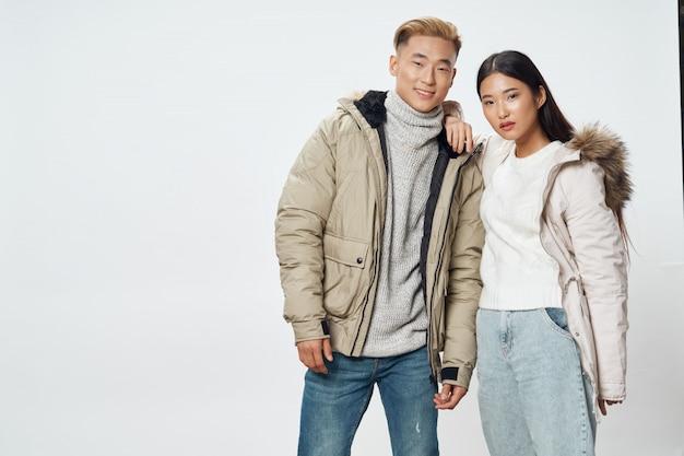 Азиатская женщина и мужчина на яркий цвет, создает модель вместе Premium Фотографии