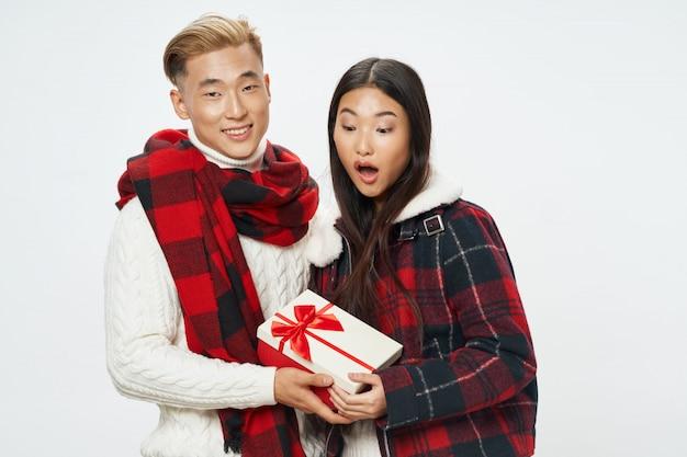 Азиатская женщина и мужчина на ярком цветовом пространстве позирует модели вместе Premium Фотографии